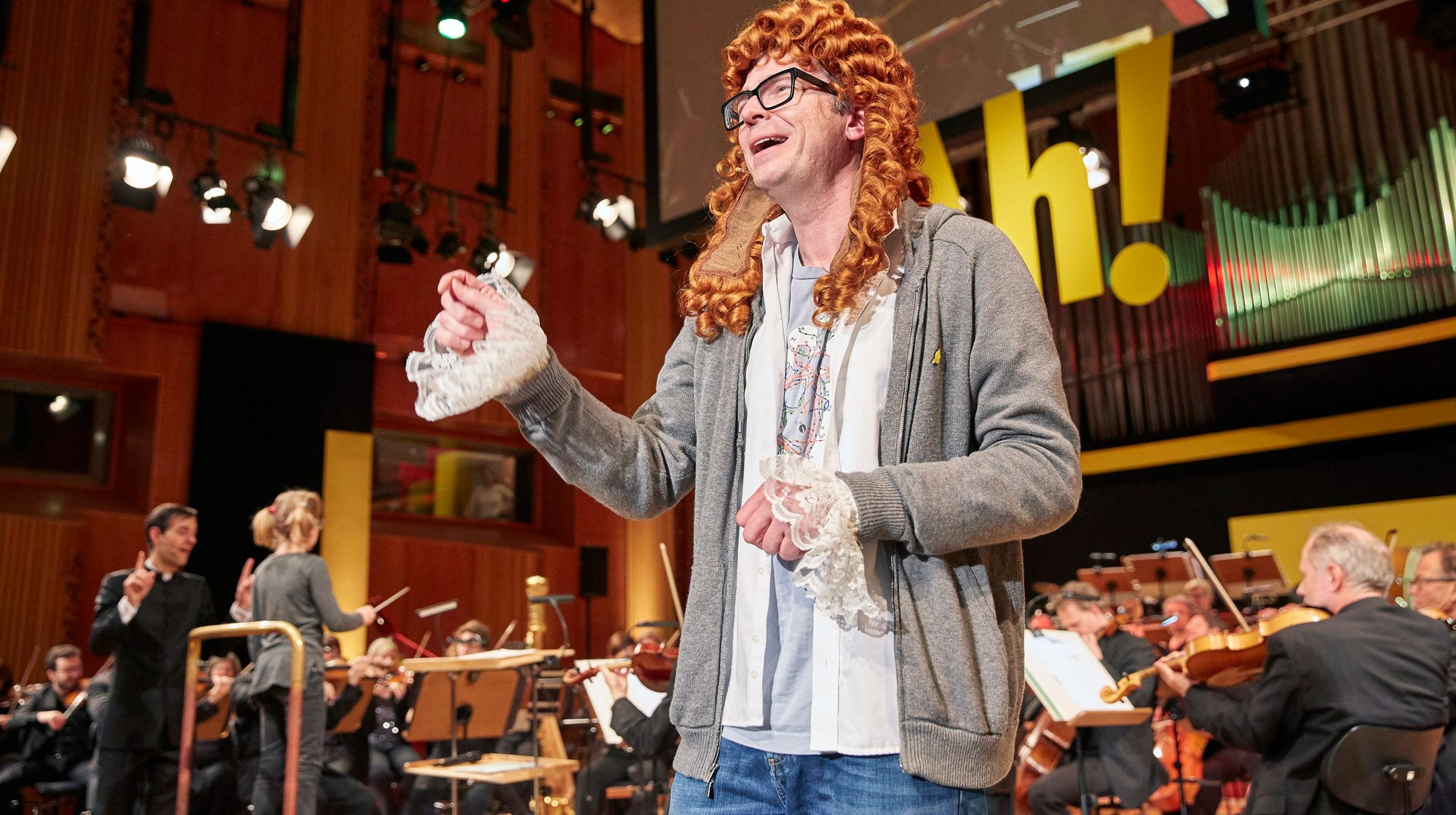 Ralph introducing the music of the classical composer Johann Sebastian Bach. Image: WDR/Claus Langer